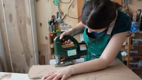 Mladá dívka pracující s přístrojem