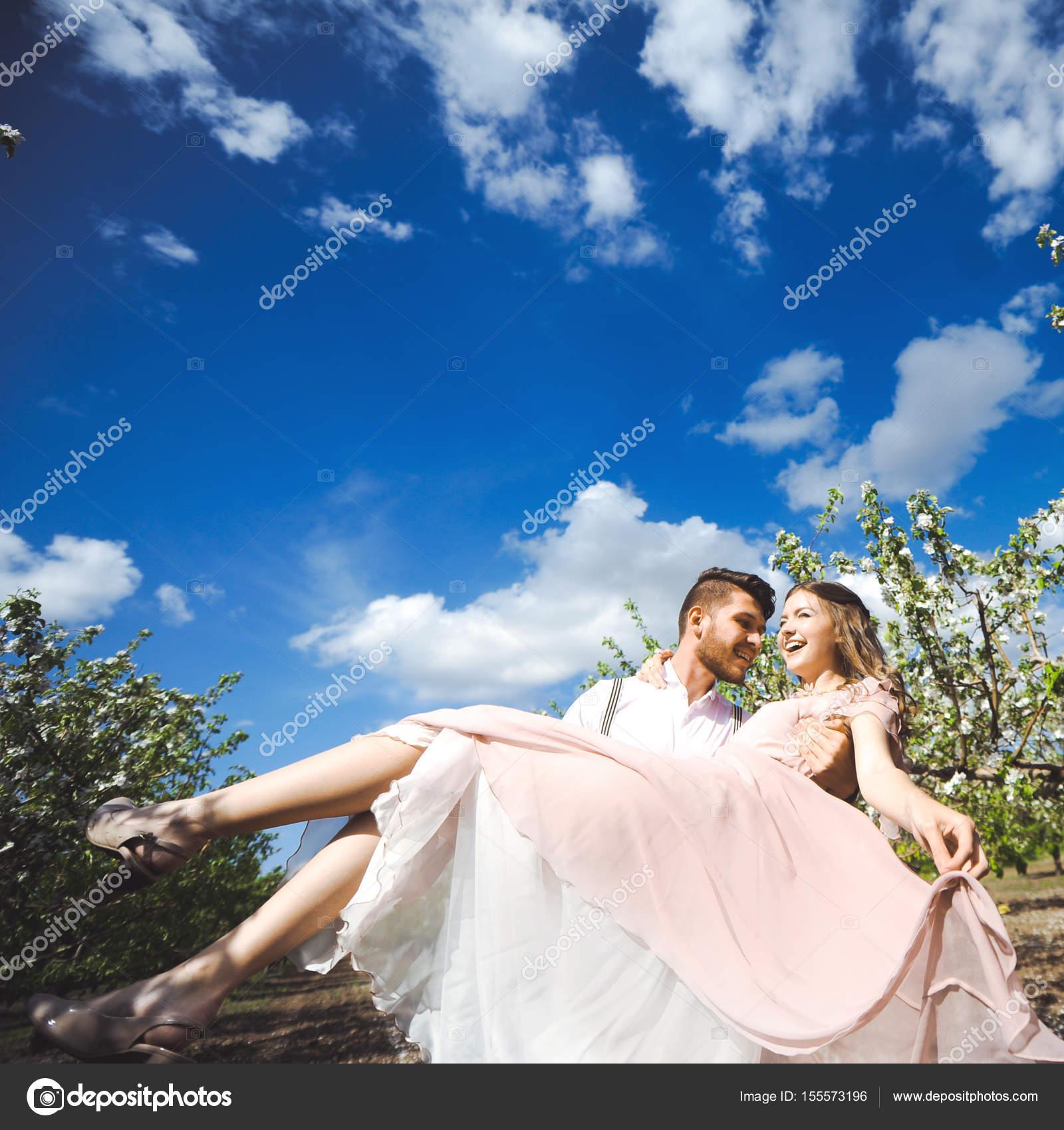 796918710a02 φόρεμα ζευγάρι του ένα κορίτσι και τύπος ψάχνει για ένα γάμο