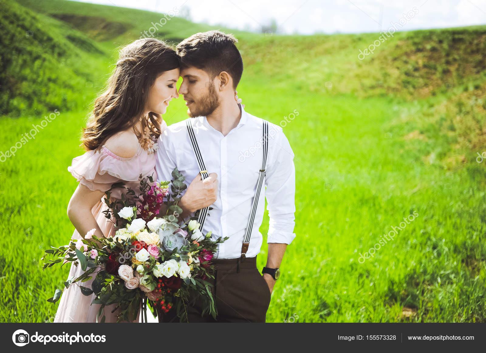 paar ein Mädchen und ein Mann auf der Suche nach einer Hochzeit ...