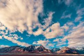 Photo landscape nature of the mountains of Spitzbergen Longyearbyen Svalbard on a polar day with blue sky and clouds in the sunset summer