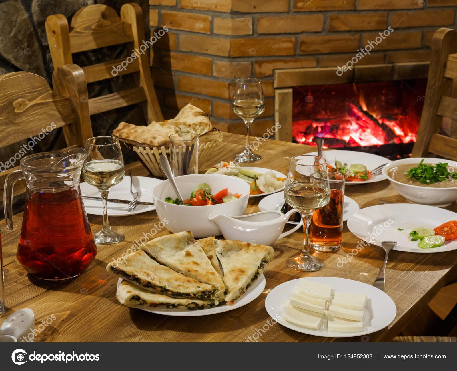 Tafel Met Haard : Georgische tafel open haard een achtergrond tabel met traditionele