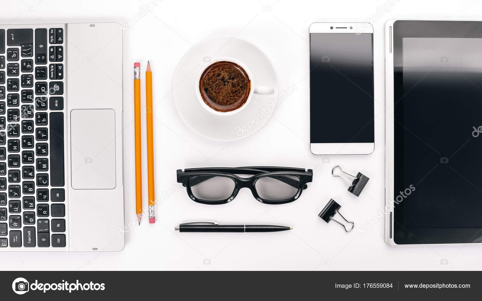 40ad20e3469e7a Witte Bureau Laptop Telefoon Kopje Koffie Bril Pen Potlood Een — Stockfoto
