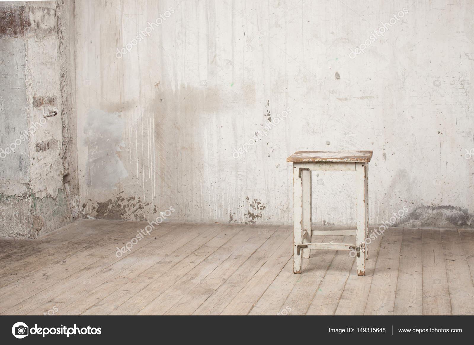 Vecchio sgabello di squallido in un interno abbandonato u2014 foto stock