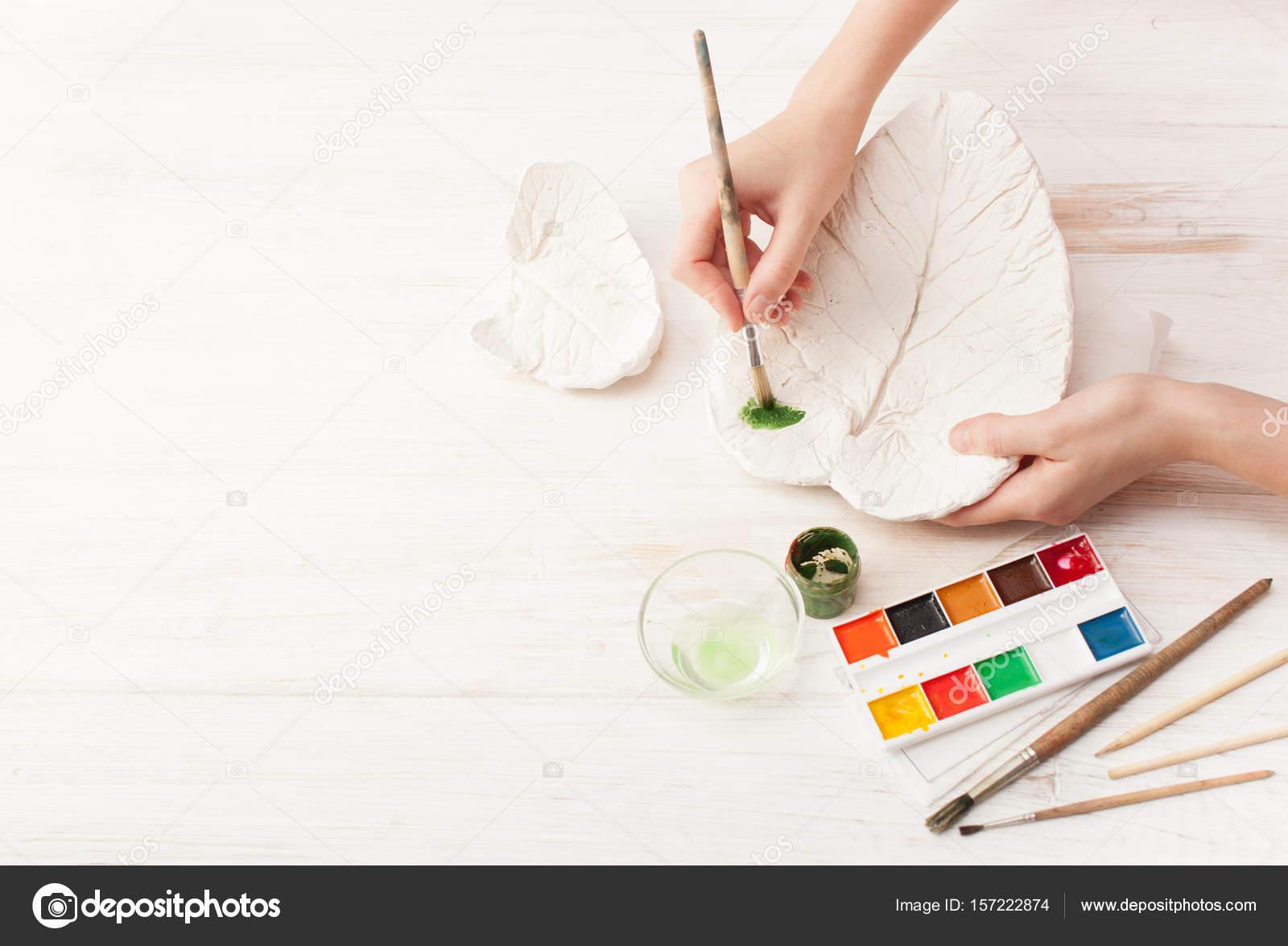 Colorear el yeso en forma de la hoja con las manos — Foto de stock ...