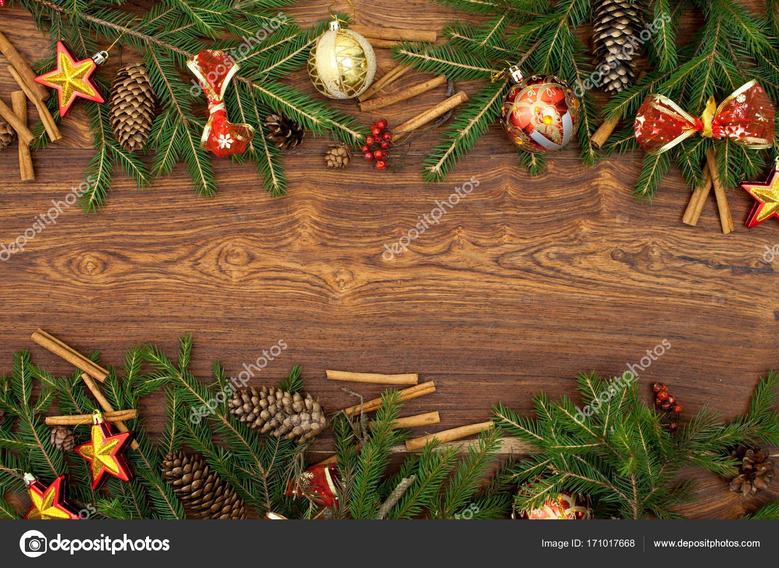 Schleifen Weihnachtsbaum.Weihnachtsbaum Zweige Mit Roten Schleifen Auf Einem Braunen Holz