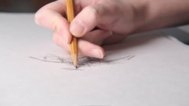 A művész rajzol. Közelről..