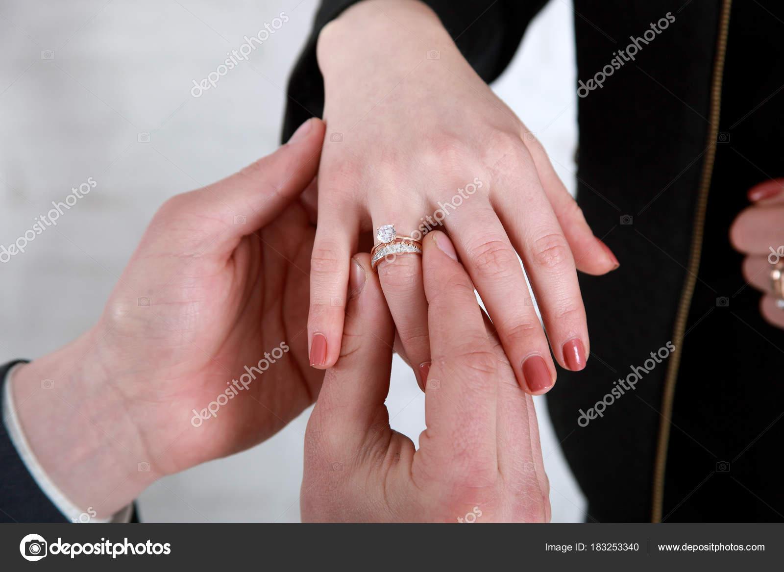 novios de la mano poniendo un anillo de bodas en el dedo de novias ...