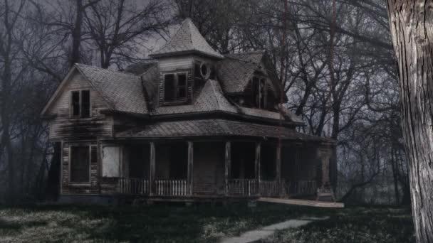 Dřevěné houpačky v přední části opuštěného domu 4k Loop obsahuje staré dřevěné houpačky pohybující se tam a zpět před opuštěným domem s mlhou a mraky foukající ve smyčce