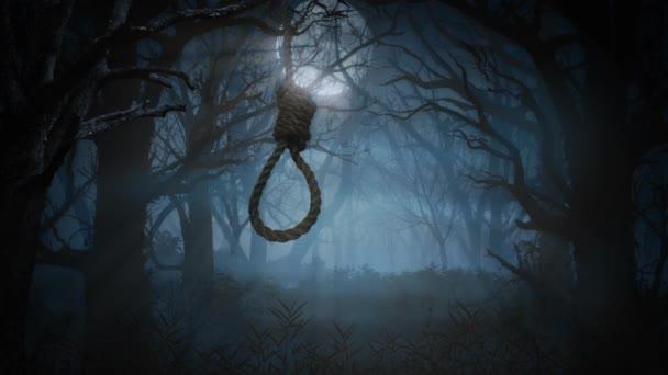 Oprátka houpající se ve strašidelném lese 4K smyčka obsahuje smyčku visící ze stromu pohybujícího se ve větru se strašidelným lesem a v úplňku za sebou ve smyčce