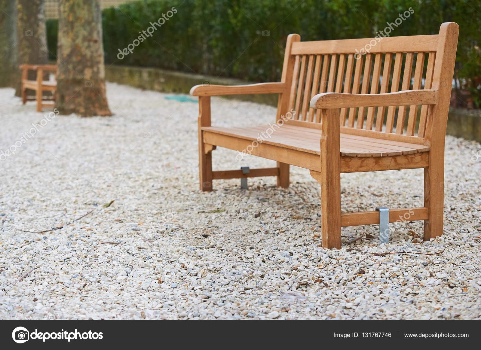 Braunen Holzbänke auf der weißen Boden in Paris Garten — Stockfoto ...
