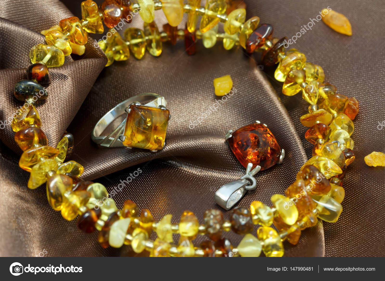 närbild smycken med äkta naturliga baltisk bärnsten  armband b34231d6939d2