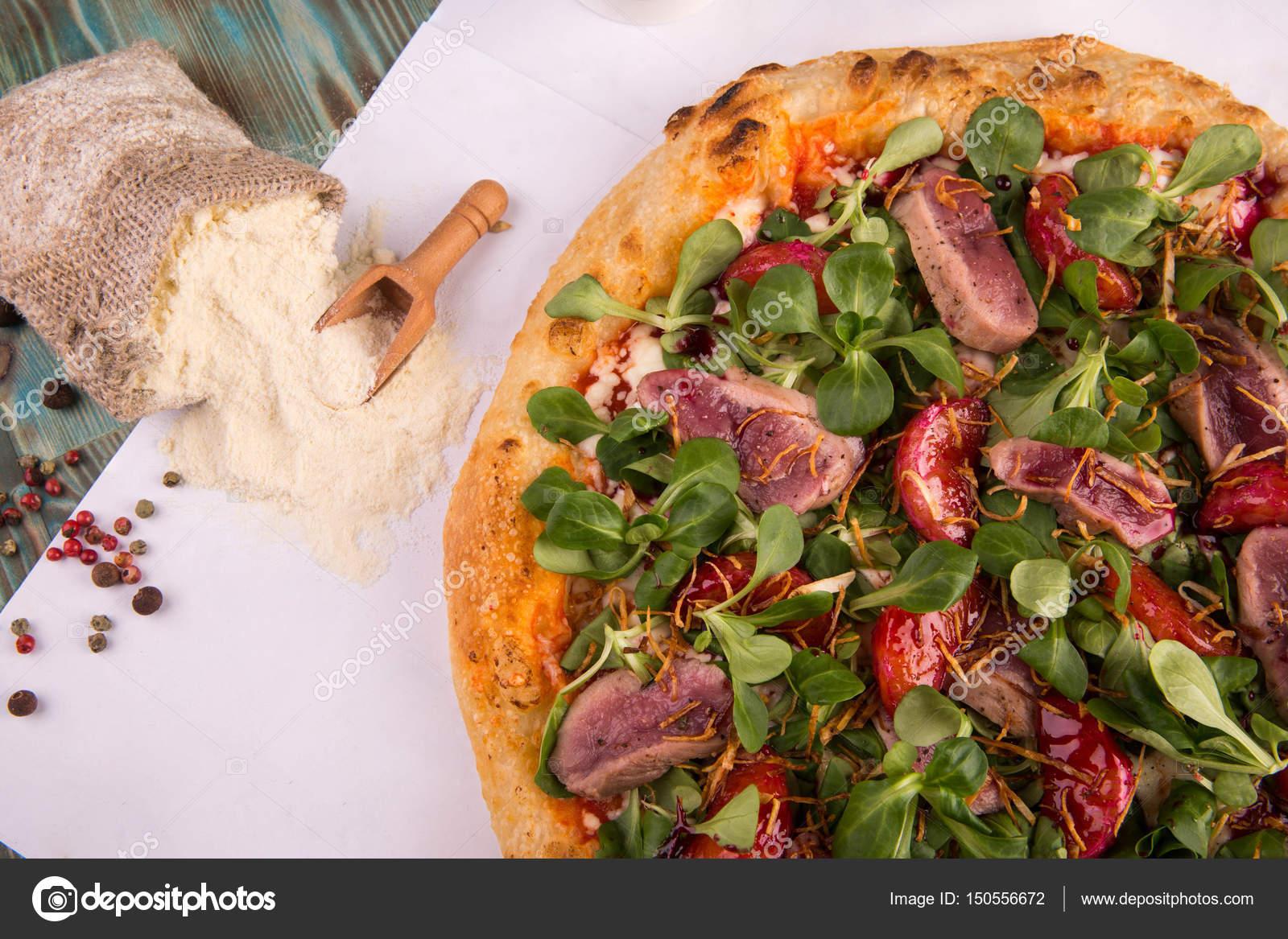 Un Celeri Pizza Avec Un Magret De Canard Mandarines La Sauce
