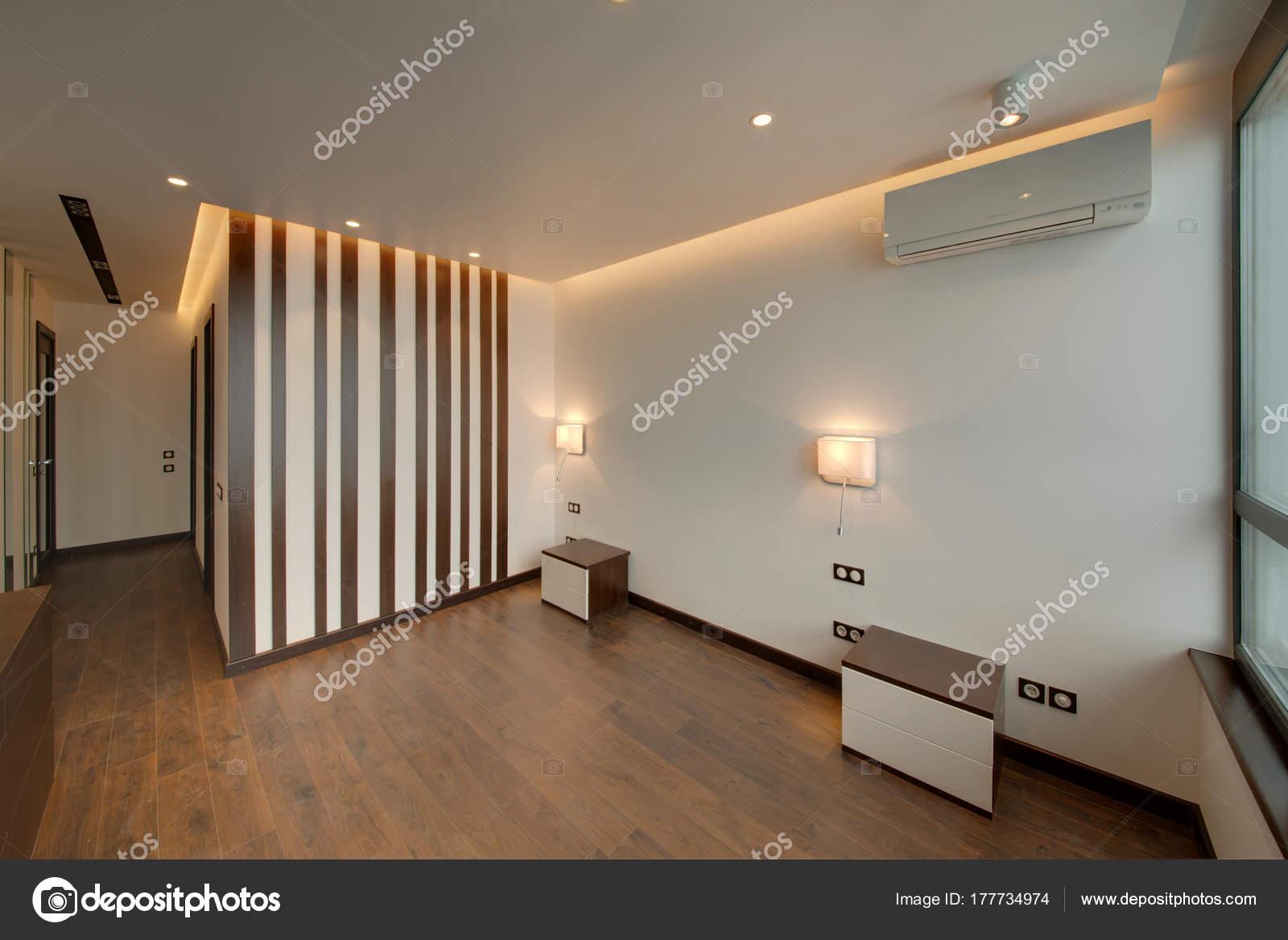 Bruine Slaapkamer Muur : Slaapkamer met bruine muren met inzetstukken nachtkastjes lampen
