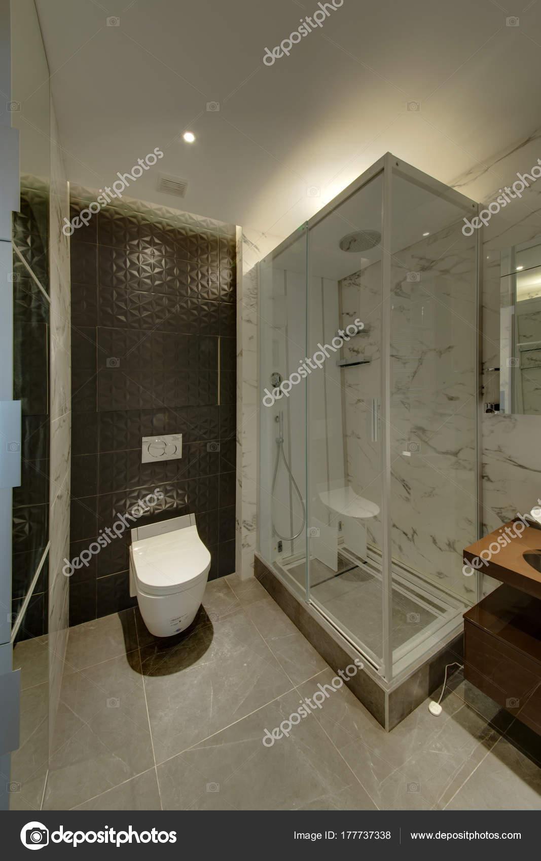 ein badezimmer mit einer dunklen wand und eine weiße schüssel