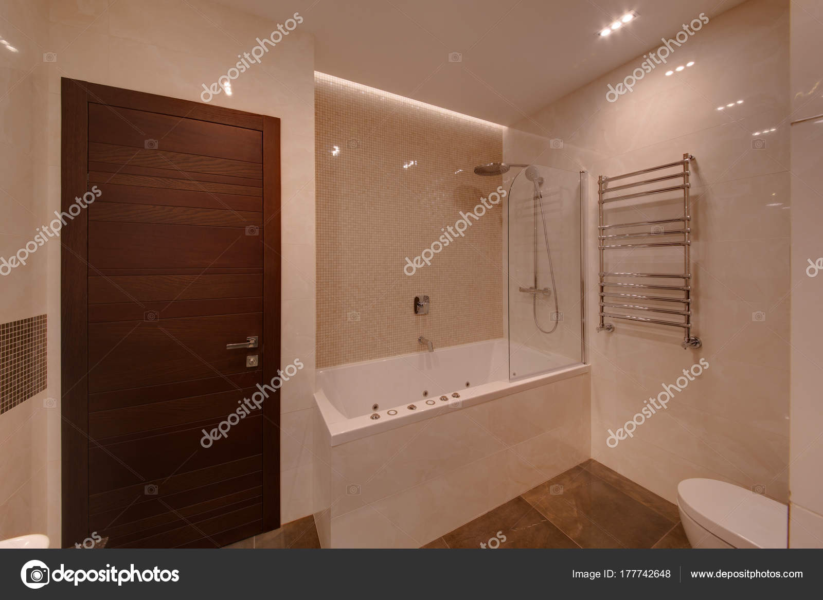 Een badkamer met een rechthoekige badkamer douche met een bruine