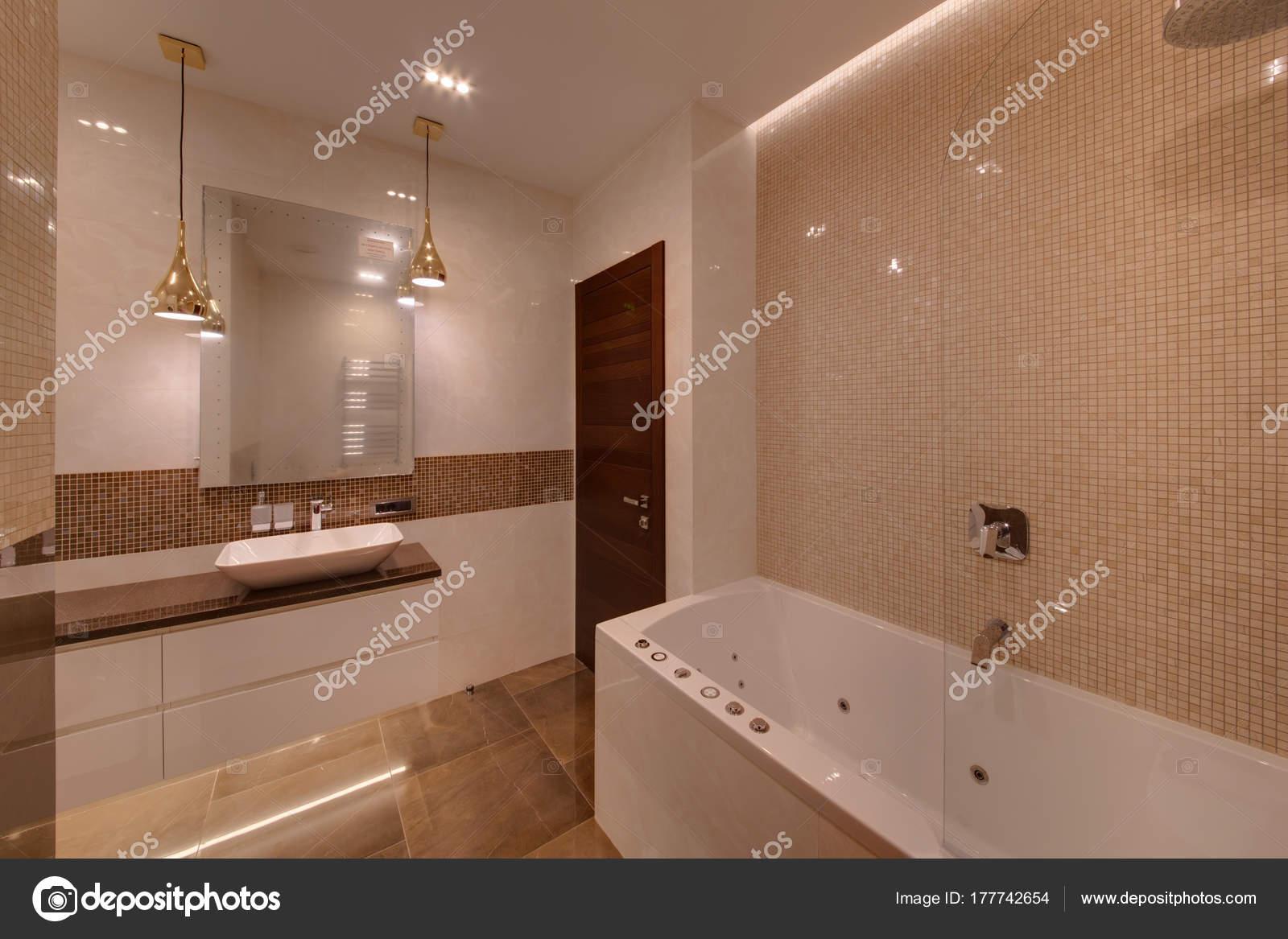 Badkamer Lichte Tegels : Een badkamer een kleine tegel met lichte vloeren van marmer