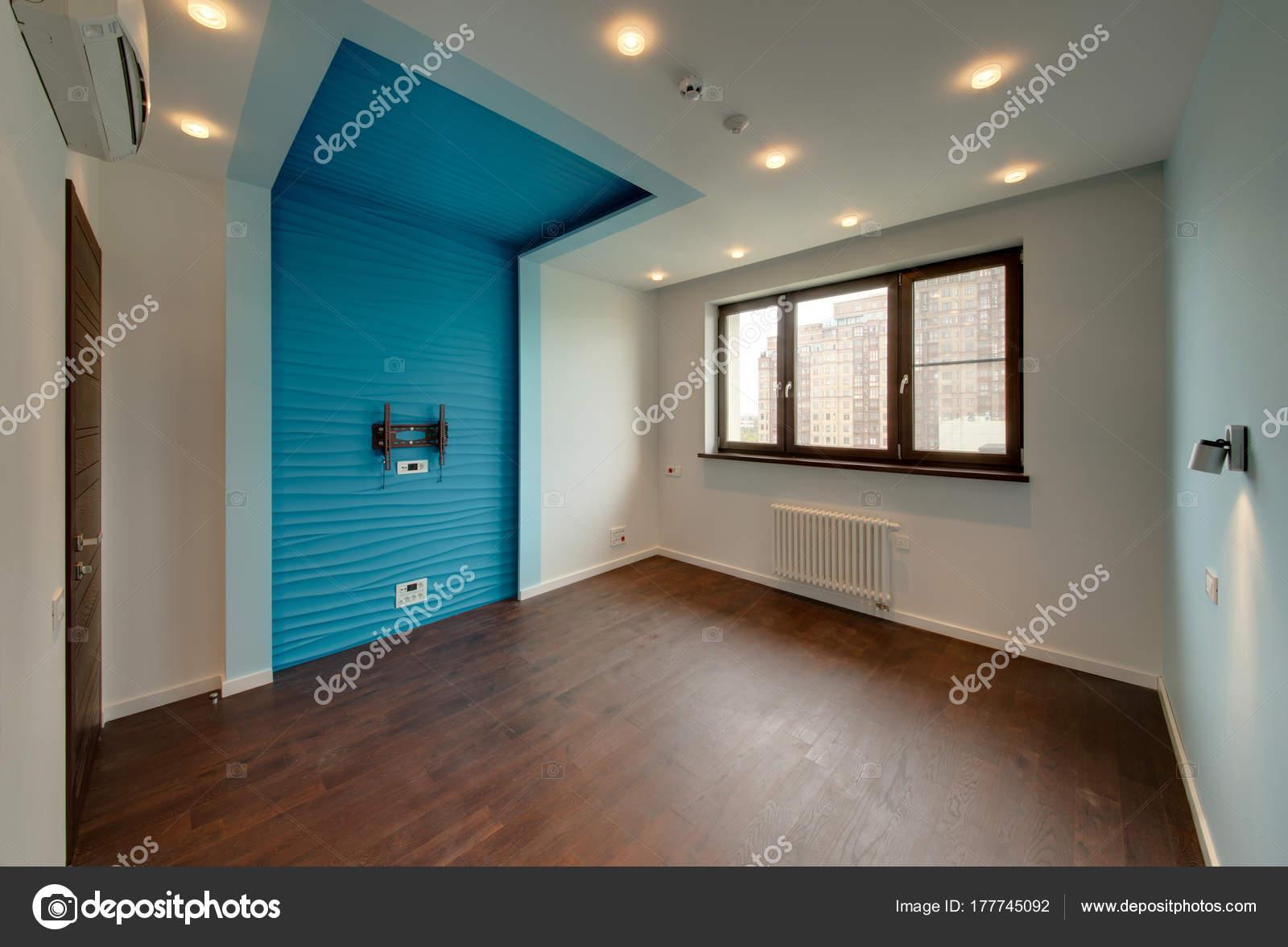 Chambre Avec Insert Bleu Sous Téléviseur Une Fenêtre Marron ...