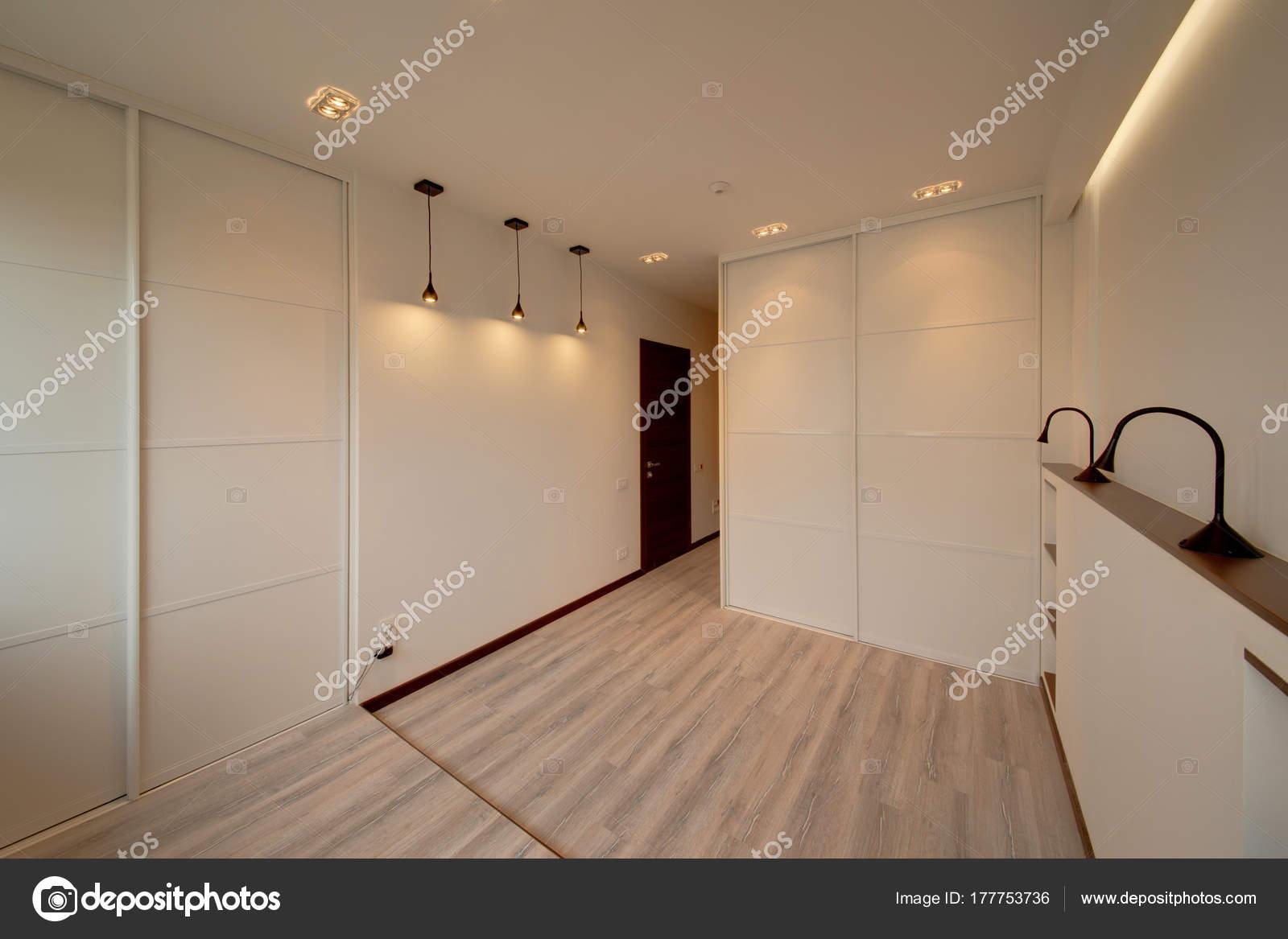 de lichte witte slaapkamer met de witte ingebouwde glijdende kasten en lampen foto van twins03