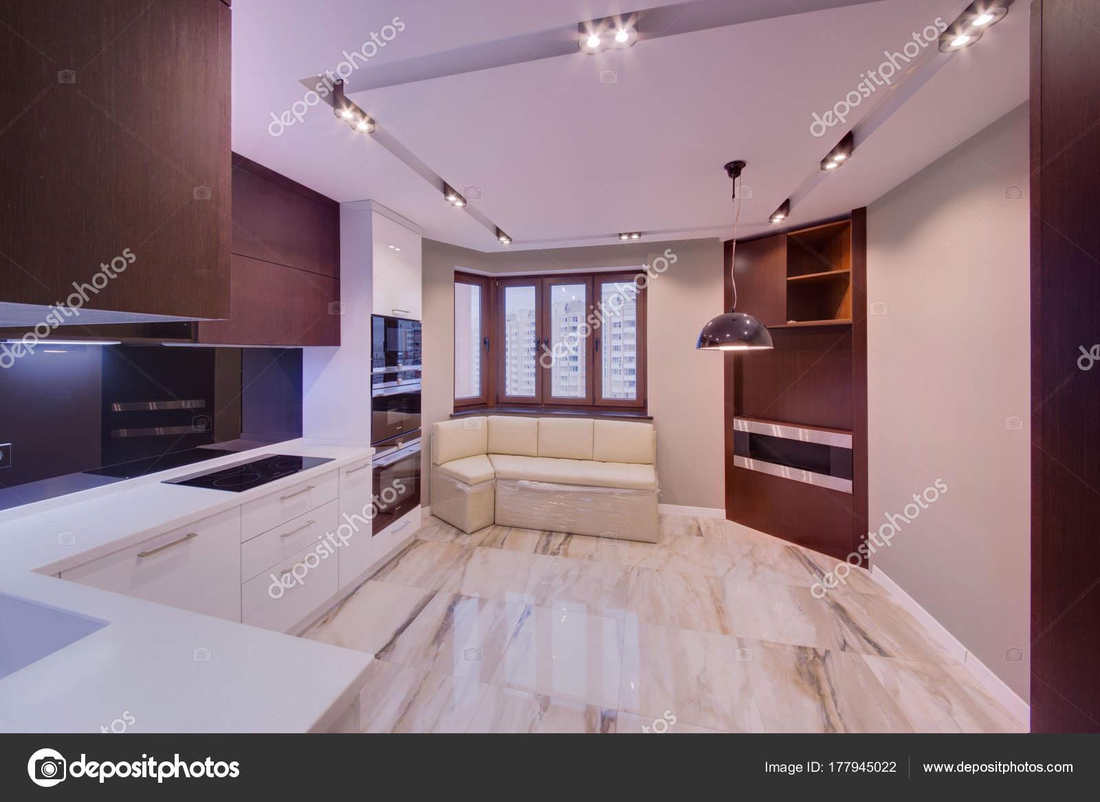 Cocina con suelo m rmol ventanas madera sistema luz foto - Suelos de marmol precios ...