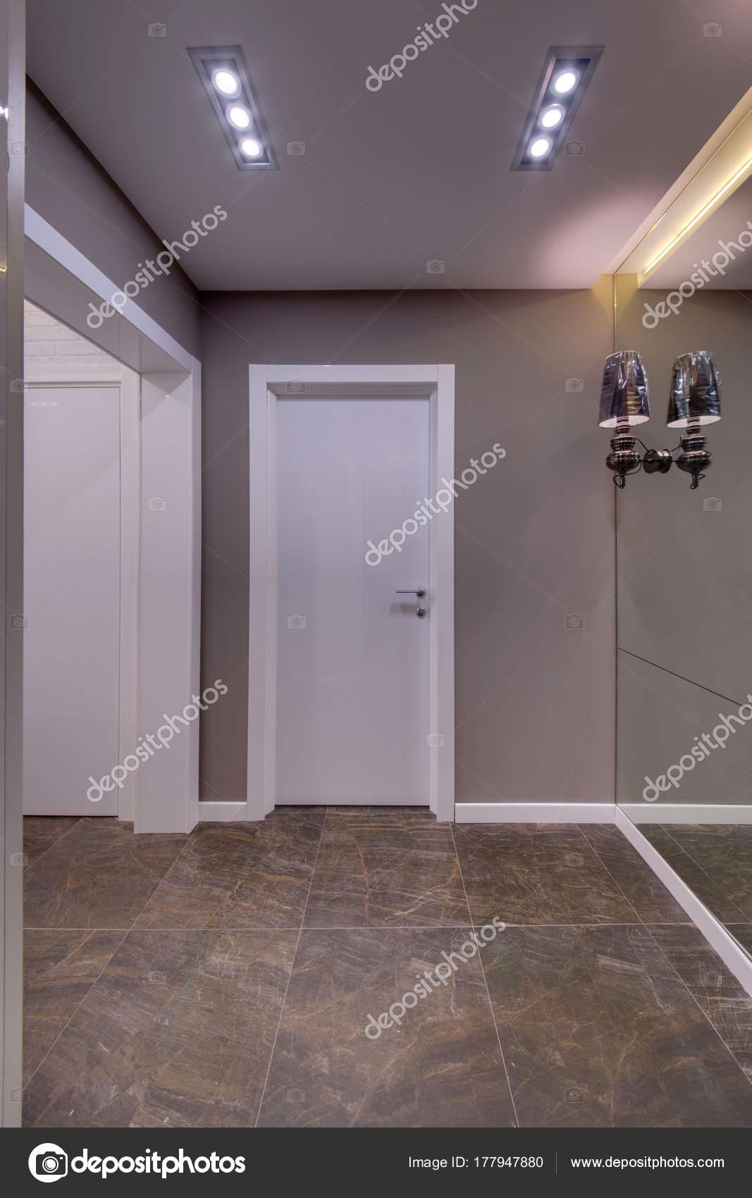 Couloir avec portes blanc plancher fonc grand miroir dans sol photographie twins03 177947880 for Grand miroir sol