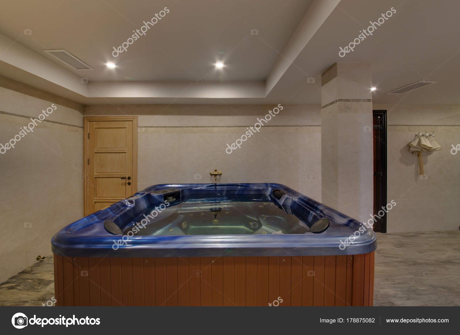 Vasca Da Bagno Trasparente : Vasca bagno con jacuzzi riempito con acqua trasparente u2014 foto stock
