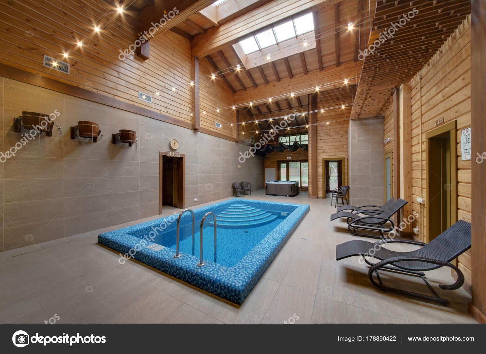 Soffitti Alti Illuminazione : Camera con soffitti alti travi legno con piscina u foto stock