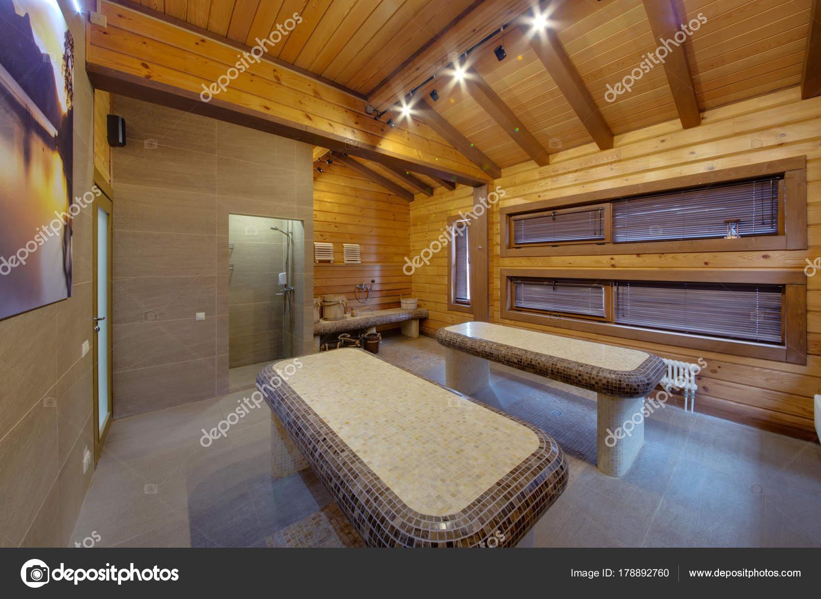 Mesas Con Calefaccin Para Masaje Interior Con Techos Altos Madera