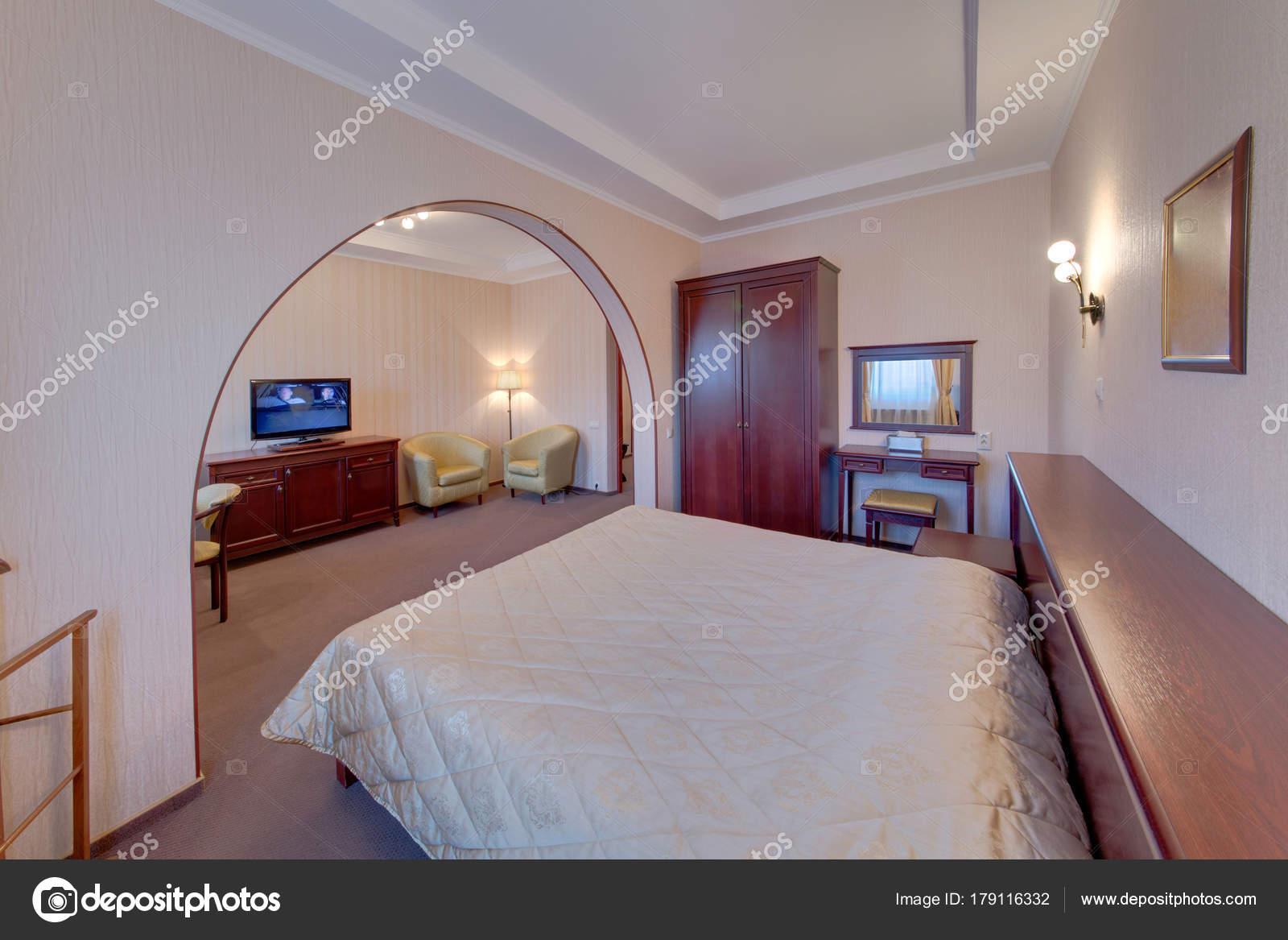 Letto dorme camera letto con tavolino uno sgabello imbottito uno