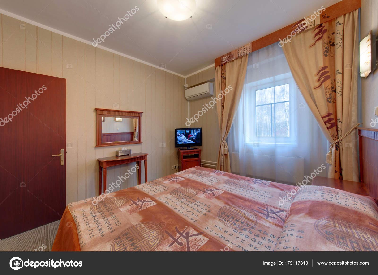 Das Schlafzimmer Mit Ein Großes Fenster Vorhänge Die Klimaanlage Das ...