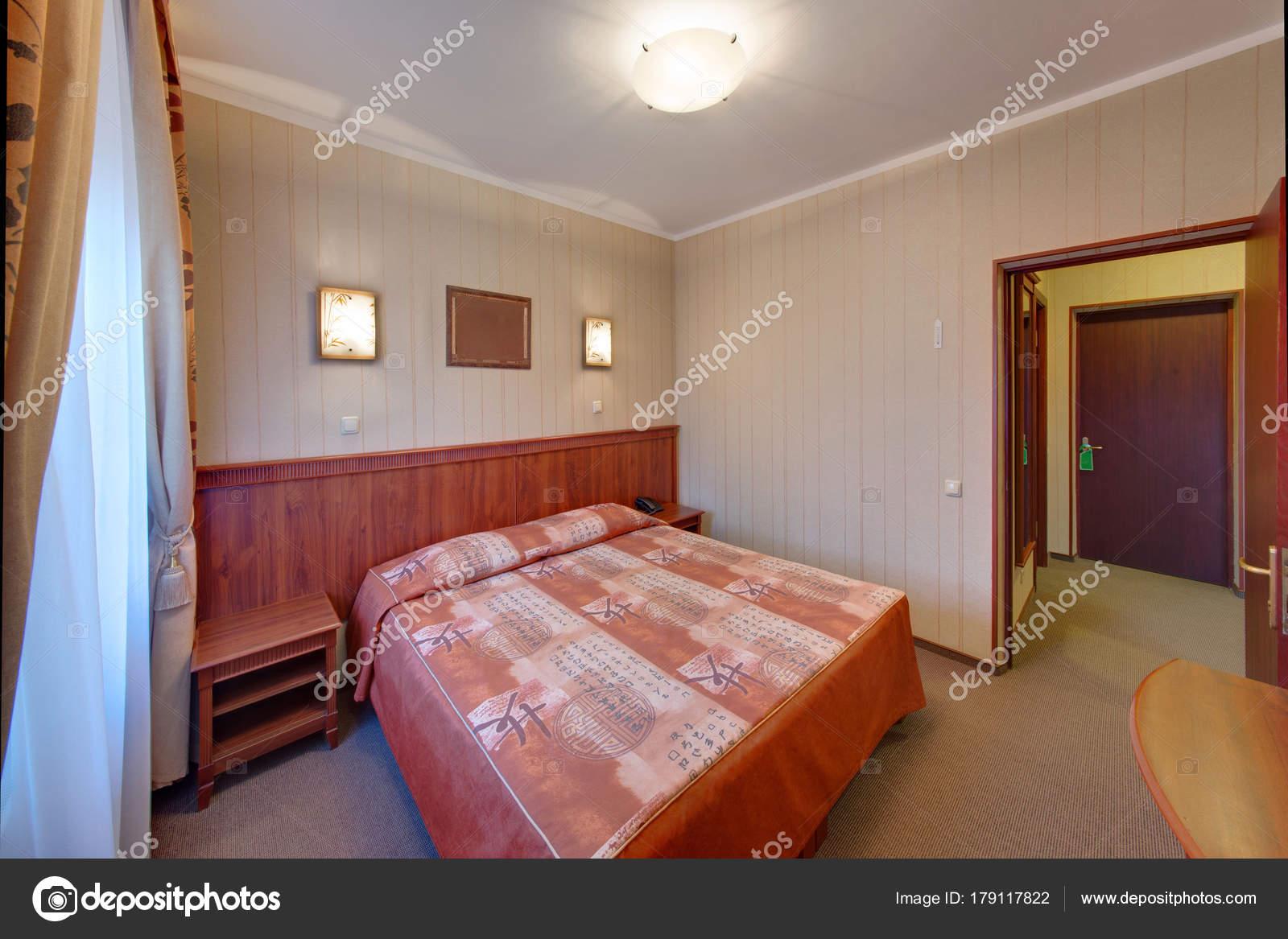 Bruine Slaapkamer Met Een Tweepersoonsbed Een Cover Lampen Een Bed ...