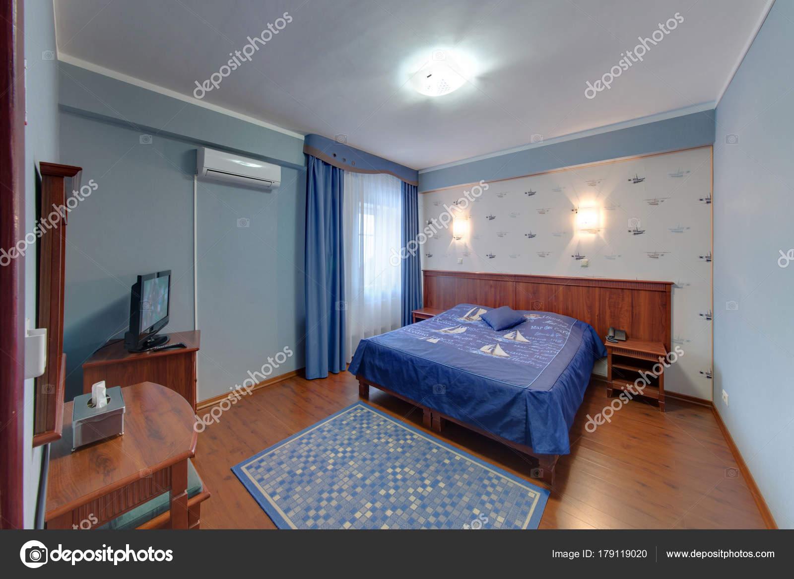 Camera Letto Nello Stile Del Mare Con Tende Blu Scuro — Foto Stock ...