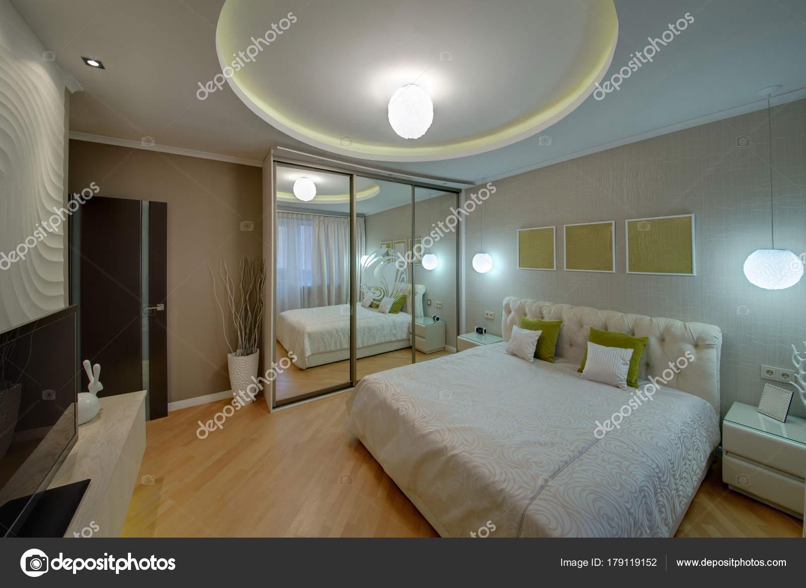 chambre coucher couleur pistache avec grand lit oreillers cas miroir