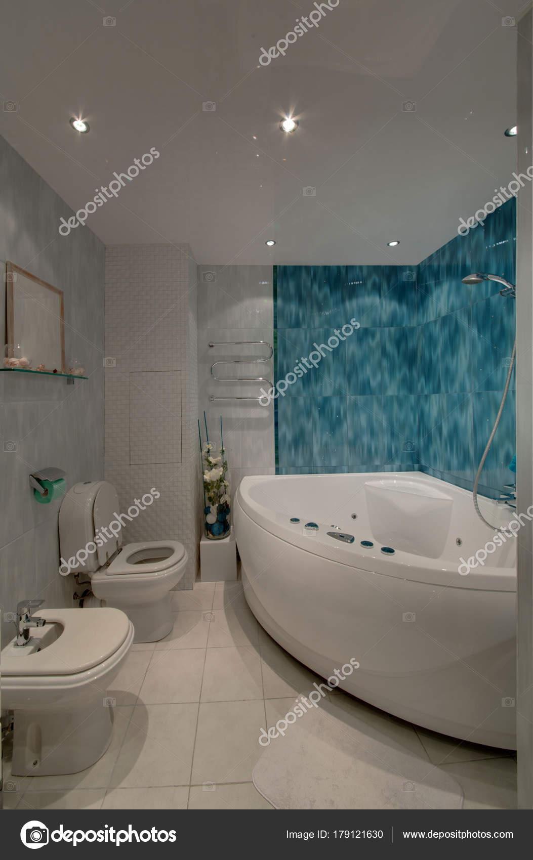 Whirlpool Badezimmer | Ein Badezimmer Mit Whirlpool Und Bidet Mit Farbe Wande Und
