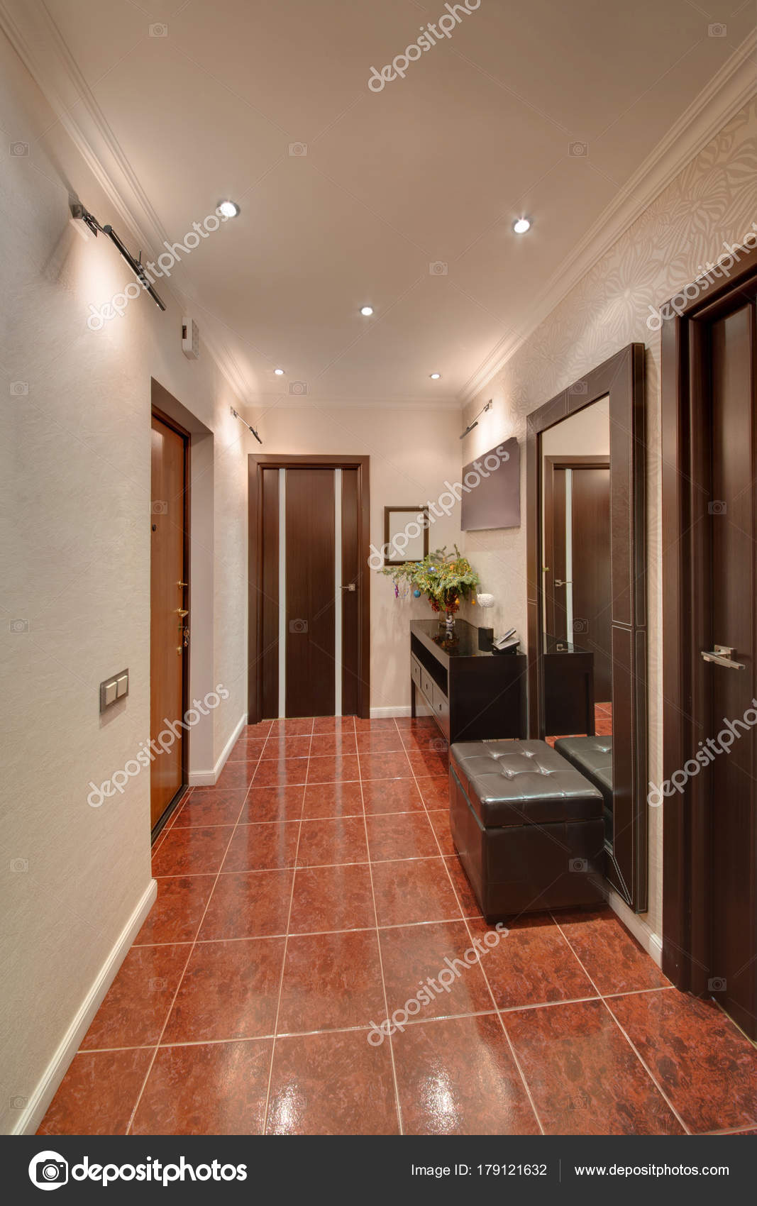 Ein Korridor Mit Einem Dunklen Braunen Boden Helle Wande Und