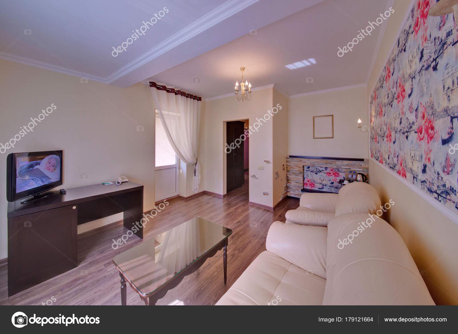 Weiße Polstermöbel Eine Helle Salon Mit Ausgang Auf Einen Balkon
