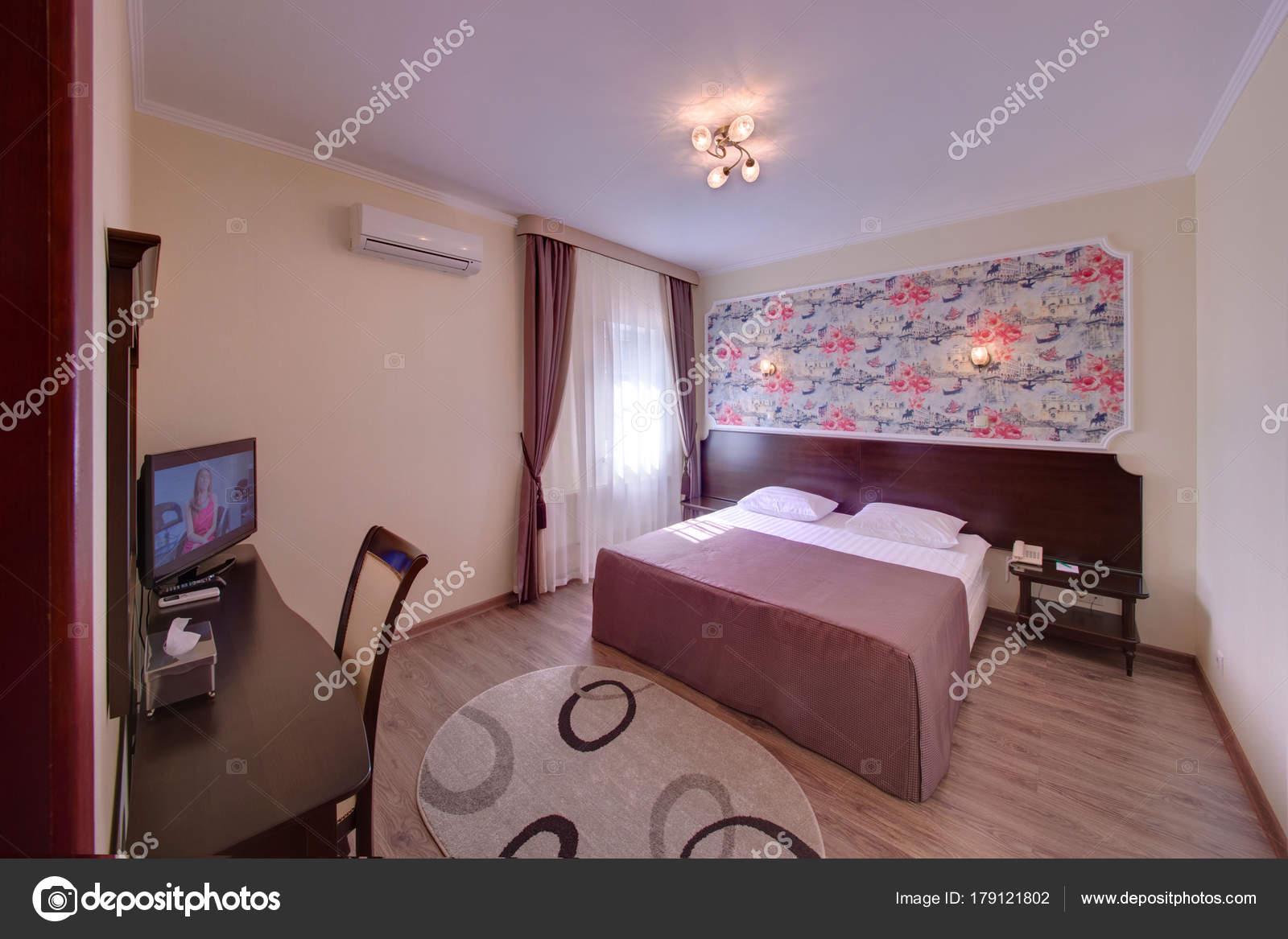 Slaapkamer Donkere Vloer : Slaapkamer met een donkere bed een tapijt een vloer een