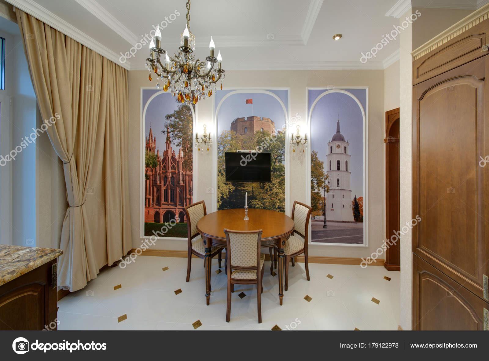 Küche Mit Einem Runden Tisch Und Tapeten Eine Wand Lichtvorhänge