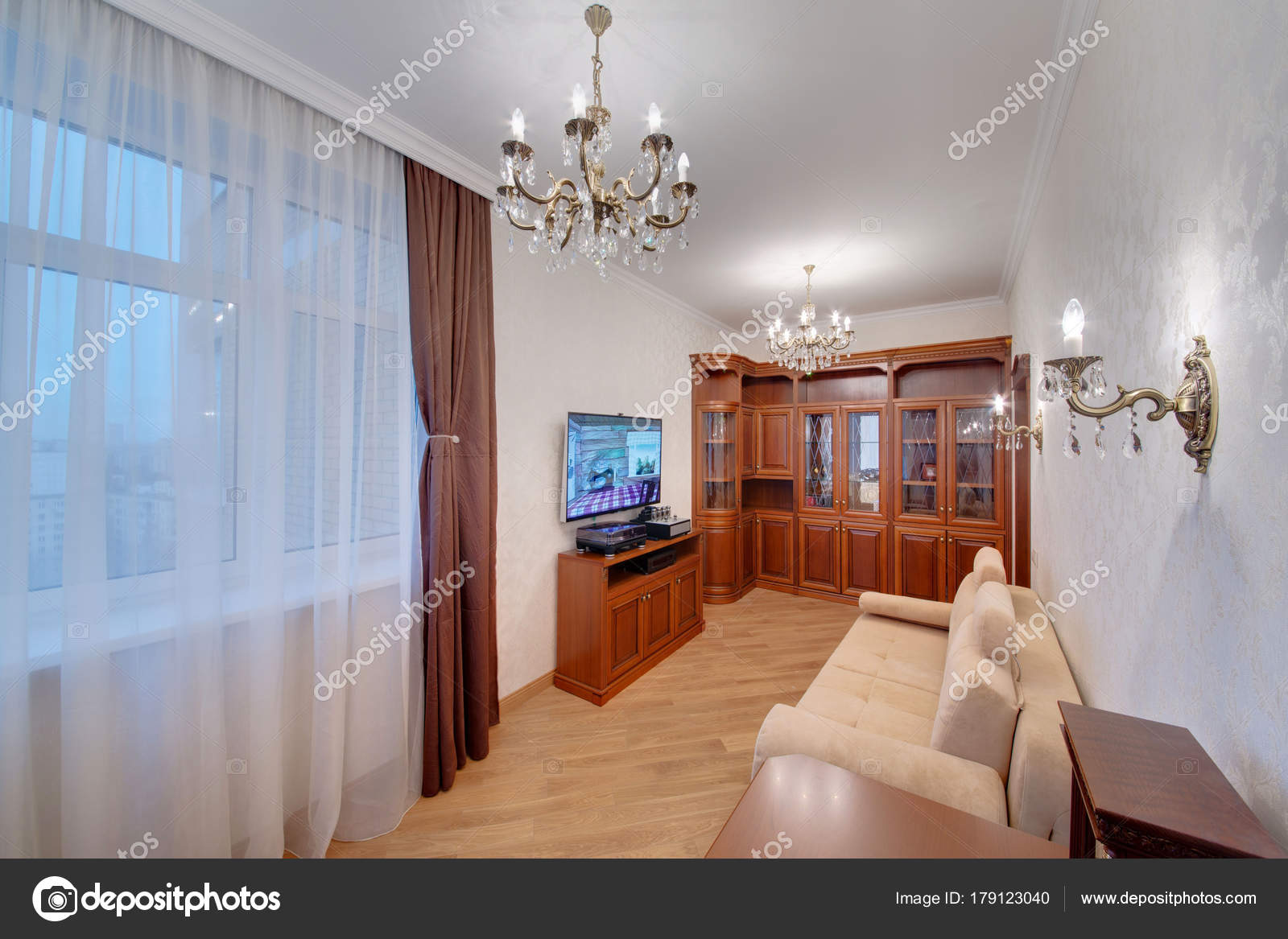 een kantoor met een groot raam donkere gordijnen een lichte stockfoto