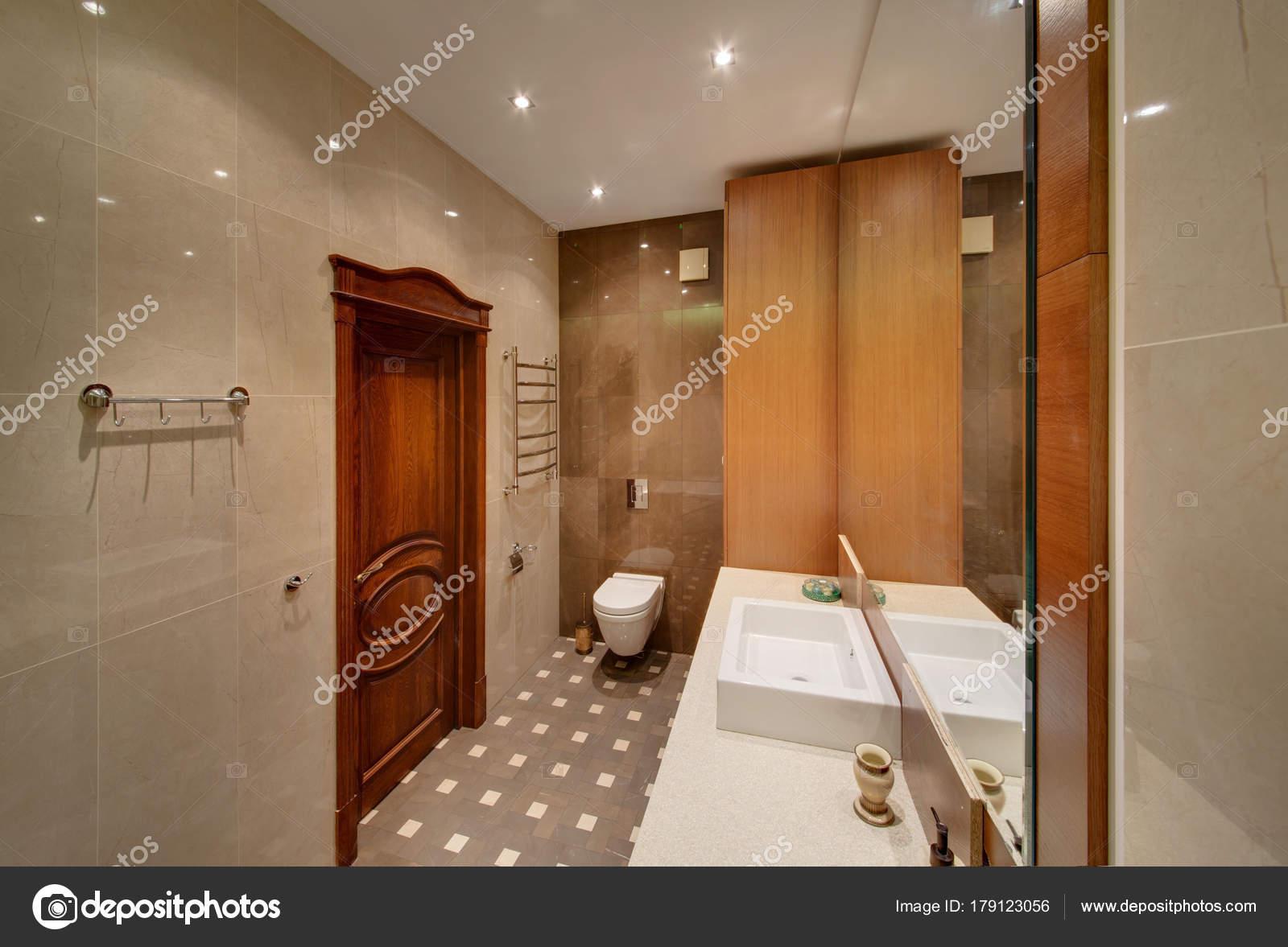Salle De Bains Ou Toilettes ~ une salle bains avec toilettes une porte bois miroir vier