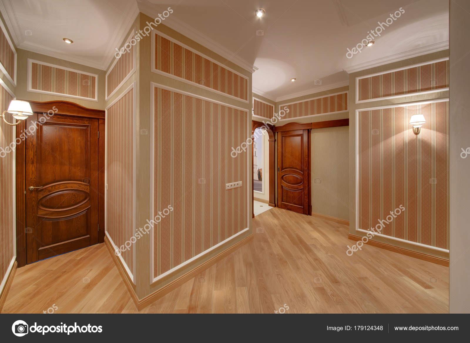 Pareti A Strisce Beige : Ampio corridoio con pareti strisce belle porte legno lampade sui