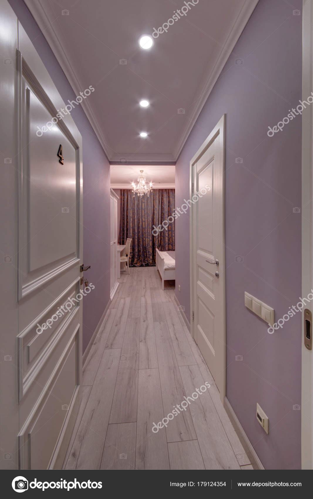 Ein Flur Mit Blick Auf Das Schlafzimmer Der Farbe Lavendel ...