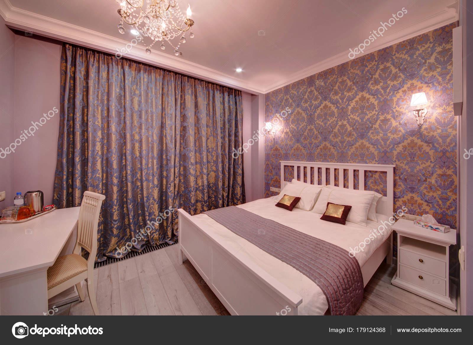 De Witte Slaapkamer : Witte slaapkamer met een groot bed met een deksel multi u2014 stockfoto