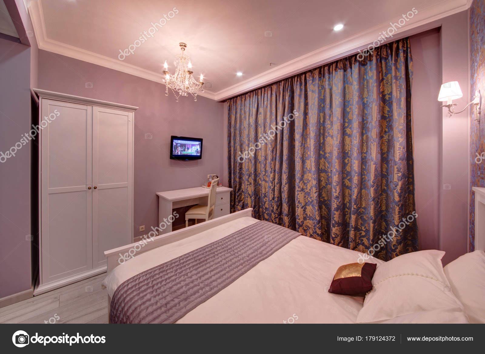 de slaapkamer met gordijnen donker de tv op een muur een kaptafel en een case voor kleding foto van twins03
