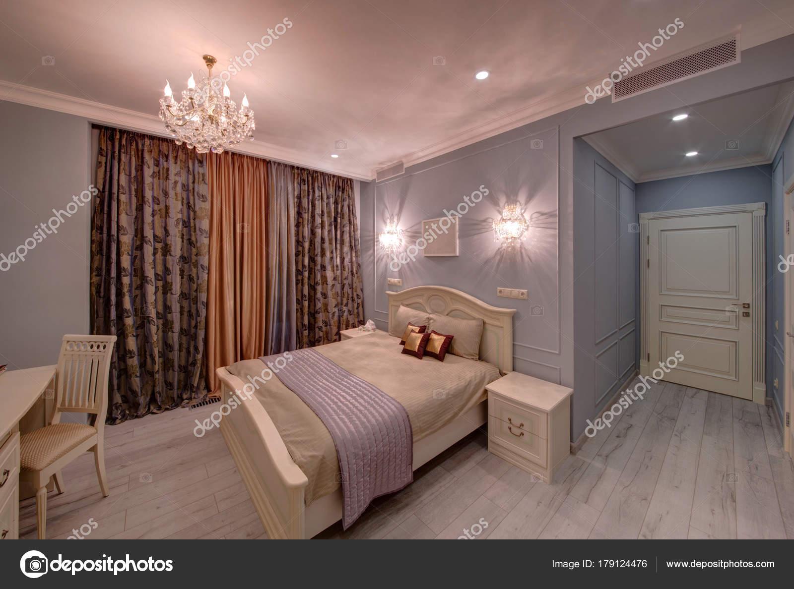 Kronleuchter Für Schlafzimmer ~ Die leichte großes schlafzimmer mit einem bett kronleuchter und