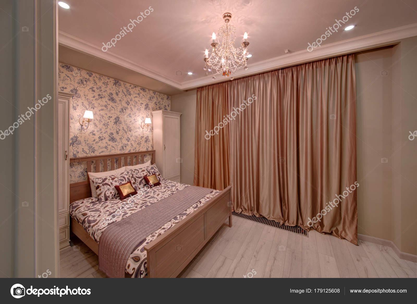 crme slaapkamer met gordijnen een bed stockfoto