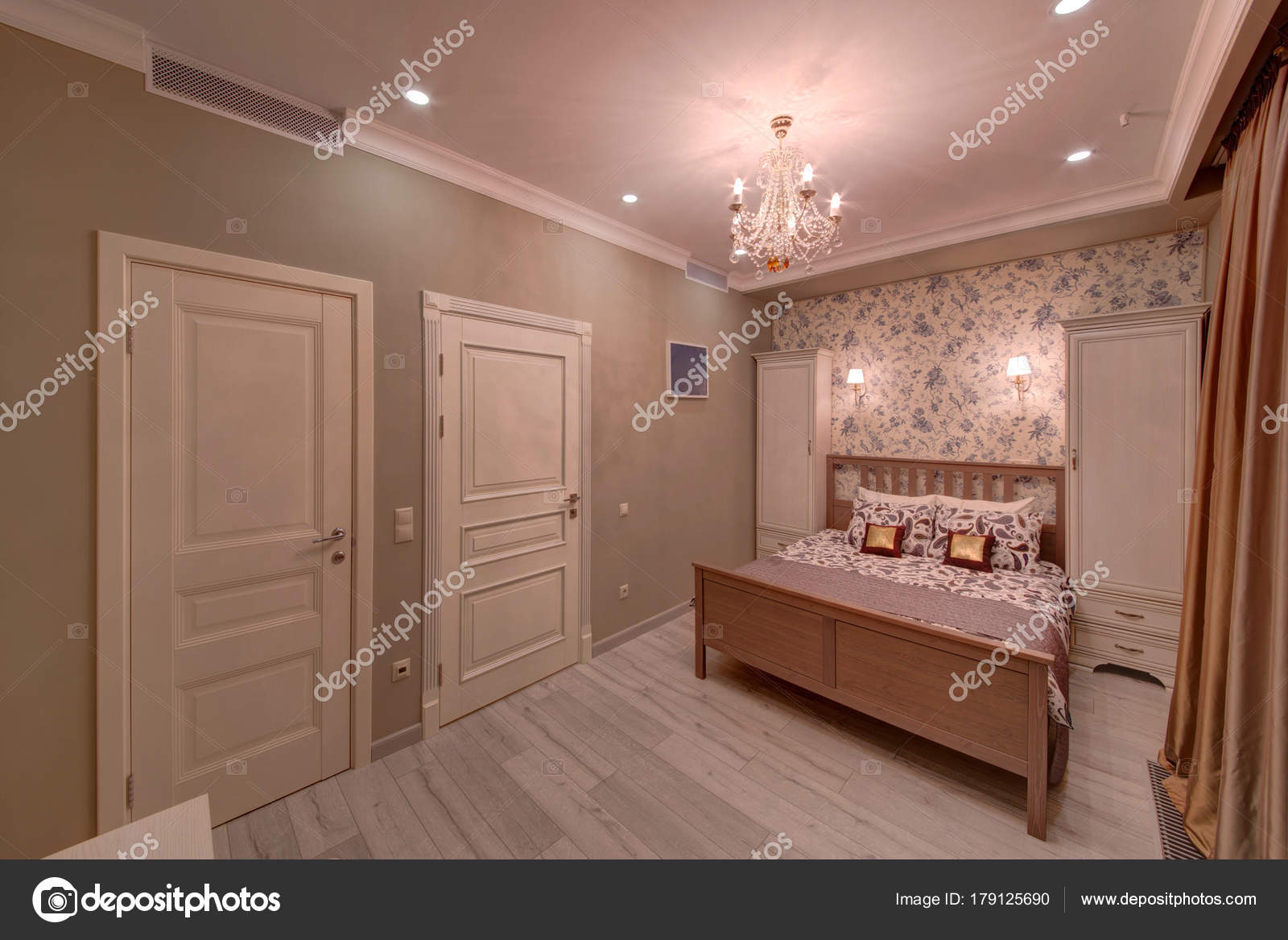 Das Schlafzimmer Creme Farbe Mit Weißen Türen Ein Großes Bett U2014 Stockfoto