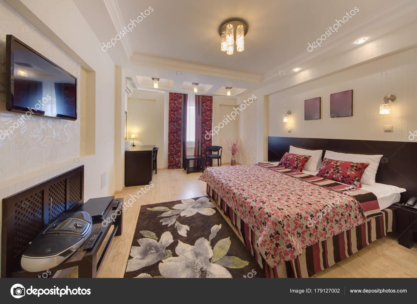 Das Schlafzimmer Mit Einem Dunklen Teppich Auf Einer Etage Tisch ...