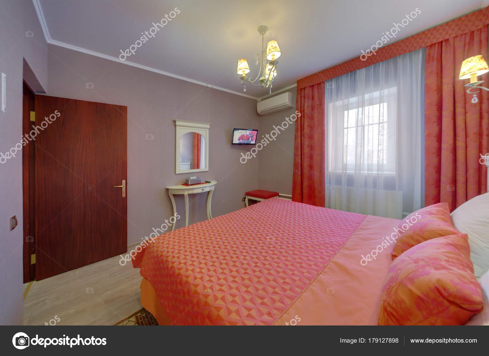 Camera Letto Colore Arancione Con Una Grande Finestra Tende ...