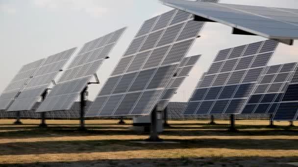Mechanizované rotační slunce sledování panely solární elektrárna