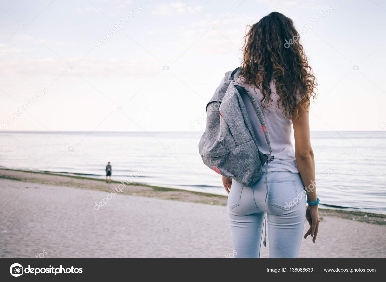 фото девушек со спины в джинсах